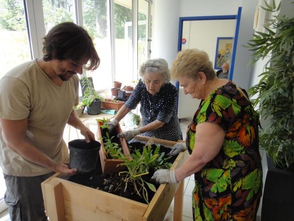 Mathieu Yon de l'association Talégalle pendant un atelier de jardinage