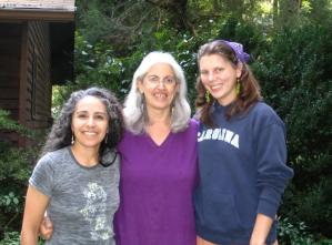 Christene Tashjian (à droite) avec l'herboriste Suki Roth et sa co-animatrice Amy.