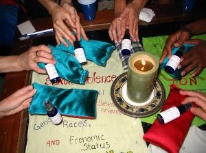 Les membres du groupe de soutien fabriquent des coussins pour les yeux aux propriétés calmantes.