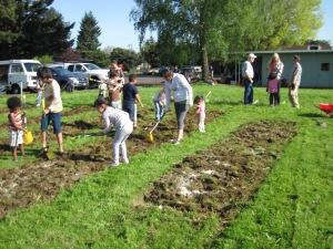 Au travail dans le jardin de quartier au printemps 2012 (crédit photo Outgrowing Hunger)
