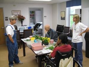 Sue jardine à l'intérieur, les patients adorent toucher la terre.