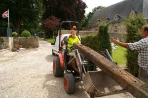 Jean-Luc Valot avec un jeune qui apprend à conduire un engin sur un chantier.