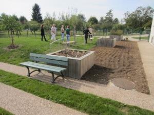 Le futur espace de travail pour les pensionnaires. Attention, il manque une partie du jardin ! En effet, les potagers vont être cultivés sur paille et seront installés en limite de chemin.