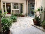Grâce à des plantes et à des pots de récupération, Laetitia a transformé la cour intérieure de l'immeuble où elle vit.