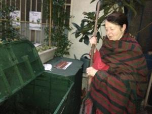 Fourche en main, Mary s'apprête à remuer les déchets fraichement déposés. Le bac exhale une odeur végétale très agréable et dégage aussi une certaine chaleur due à la décomposition.