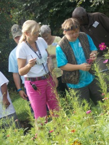 Beth dans le jardin de fleurs au Life Enrichment Center