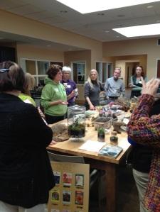 Les hortithérapeutes aiment se retrouver. Ici, la présentation sur les terrariums lors d'une réunion organisée par Beth en février.
