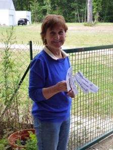 Jacqueline tient des étiquettes pour les plantes que l'association prépare et vend pour quelques centimes au sein de la maison de retraite.