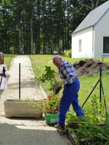 Guy, qui a choisi de venir vivre dans la maison de retraite, est l'aide jardinier le plus dédié.