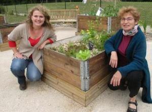 Paule Lebay (gauche) et Gisèle Rousseau au jardin.