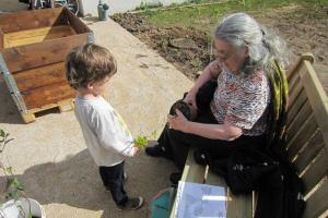 En avril pendant la journée de plantation, rencontre entre les âges.