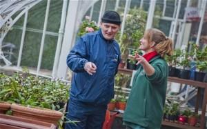 Neil, un soldat vétéran, et Pam, l'hortithérapeute du programme Gardening Leave en Ecosse (photo CHRIS WATT)