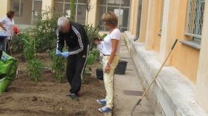 Martine Brulé avec un patient dans le jardin de l'Armillaire (unité de psychiatrie adulte de l'hôpital Pasteur - CHU de Nice)