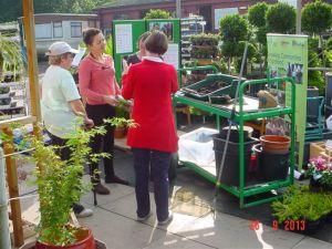 Fiona Thackeray (en tee-shirt rose) pendant une session d'information dans un centre de jardinage (Growforth à Fife ) en train d'expliquer des techniques de jardinage adaptées à des personnes souffrant de conditions de santé comme l'arthrite à la sclérose en plaques.