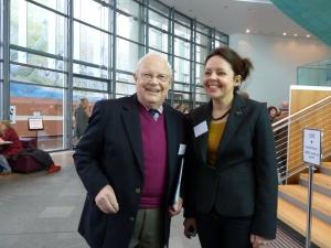 """Fiona Thackeray à la conférence annuelle de Trellis qui, tous les mois de mars, permet à une centaine d'hortithérapeutes d'échanger leurs bonnes pratiques. A ses côtés, son """"boss""""  Jim McColl, spécialiste du jardinage qui donne des conseils à la BBC Scotland depuis des années."""