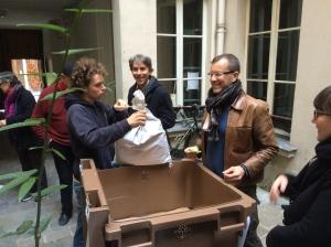 Emmanuel installe les vers dans leur nouvelle demeure sous le regard hilare de Jacques Boutault,  notre maire (vert), et de Damien Houbron, notre maitre composteur.