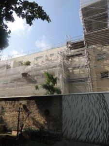 Le mur et l'immeuble (photographie de l'auteur en juillet 2014)