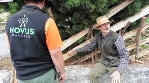 Jean-Daniel Dutoit en train de transmettre la technique de montage de barrière pour faire un virage arrondi le long d'un arbre.