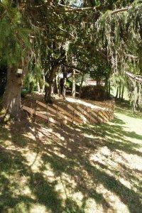 Au Potager Sirius, une barrière traditionnelle entièrement montée avec l'EMS Chanella de Rossinière.