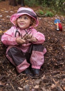 Une jeune élève à la Fiddleheads Forest School à Seattle (photo du New York Times).