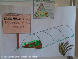 Les enfants dessinent des affiches sur la solidarité alimentaire
