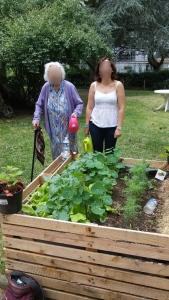 La psychologue et une résidente au jardin de l'Ehpad de Gonesse