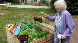 Une résidente de l'Ehpad de Gonesse au jardin