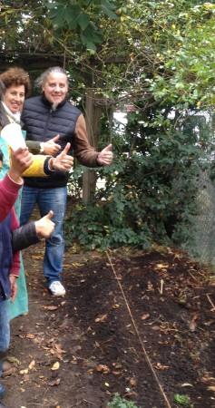 Nicole et Stéphane (animateur) dans le jardin de la Pitié-Salpêtrière.