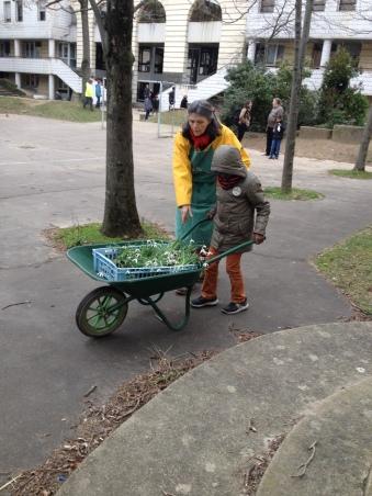 Anne Ribes aide un enfant à la Pitié-Salpêtrière